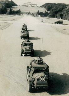 Britische Panzerfahrzeuge in Schönbrunn