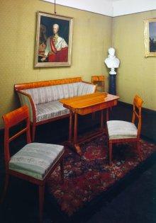 Mobiliendepot, alte Aufstellung der Schausammlung: Biedermeierkoje, Sitzgarnitur Kirschfurnier: Sofa, Sessel,…