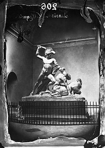 Antonio Canova: Theseus besiegt den Kentauren Phereus, Marmorskulptur, Aufnahme mit Innenraum des Theseustemp…
