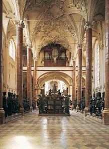 """Blick in die Innsbrucker Hofkirche, in der Mitte der Kenotaph Maximilians I., rundherum die """"Schwarzen Mander"""""""