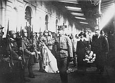 Karl und Zita schreiten am 21.10.1921 die Front am Bahnhof in Ödenburg ab, Foto, 1921