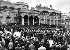 """Gedächtnismesse für Kaiser Karl I. vor dem Palais Schwarzenberg in Wien, organisiert vom """"Eisernen Ring"""", Foto"""