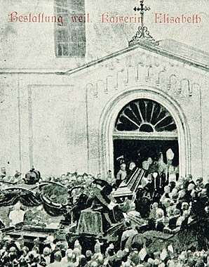 Ankunft des Begräbniszuges von Kaiserin Elisabeth bei der Kapuzinerkirche in Wien, Postkarte, 1898