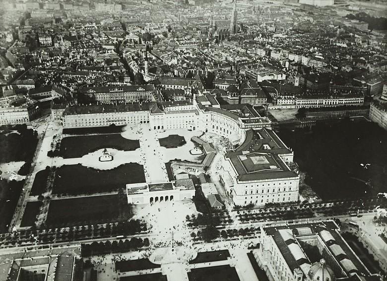 Der Wiener Heldenplatz in einer Aufnahme aus einem Ballon, um 1900