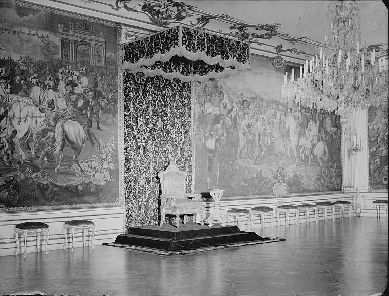Historisches Foto der Geheimen Ratsstube im Zeremonial-Appartement des Leopoldinischen Traktes mit Thronarran…