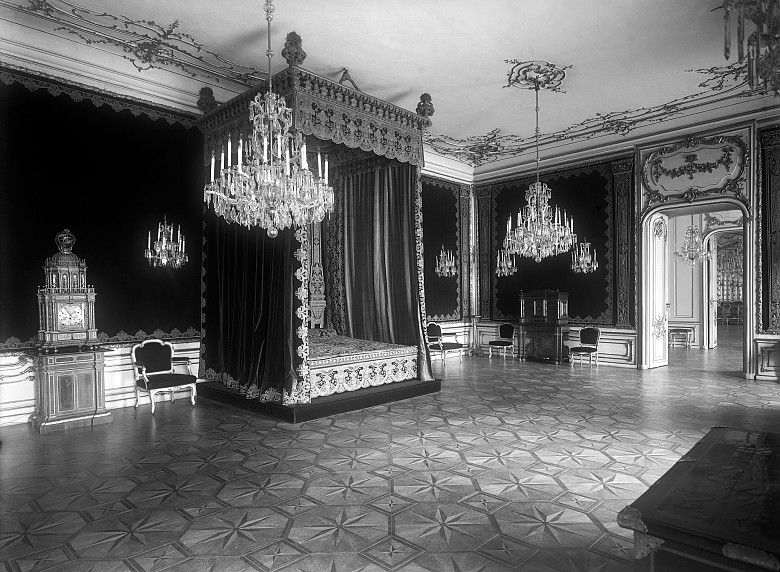 """Historisches Foto des """"Reichen Zimmers"""" mit Blick auf Prunkbett und astronomische Uhr, vor 1945"""