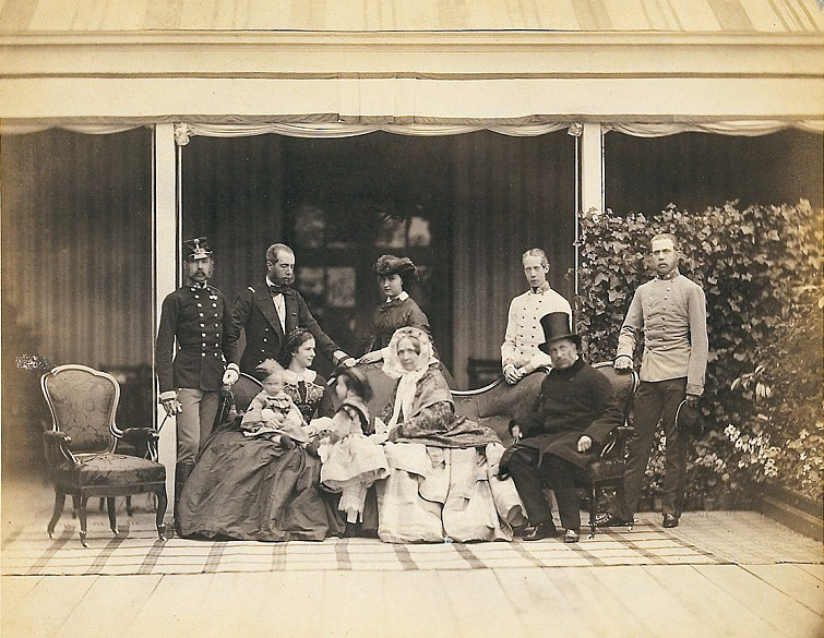 Ludwig Angerer: The 'All-highest Family', family portrait on the terrace, photograph, 1860