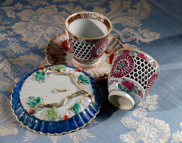"""Zwei Tassen und Untertassen (""""Trembleusen"""") aus chinesischem Porzellan"""